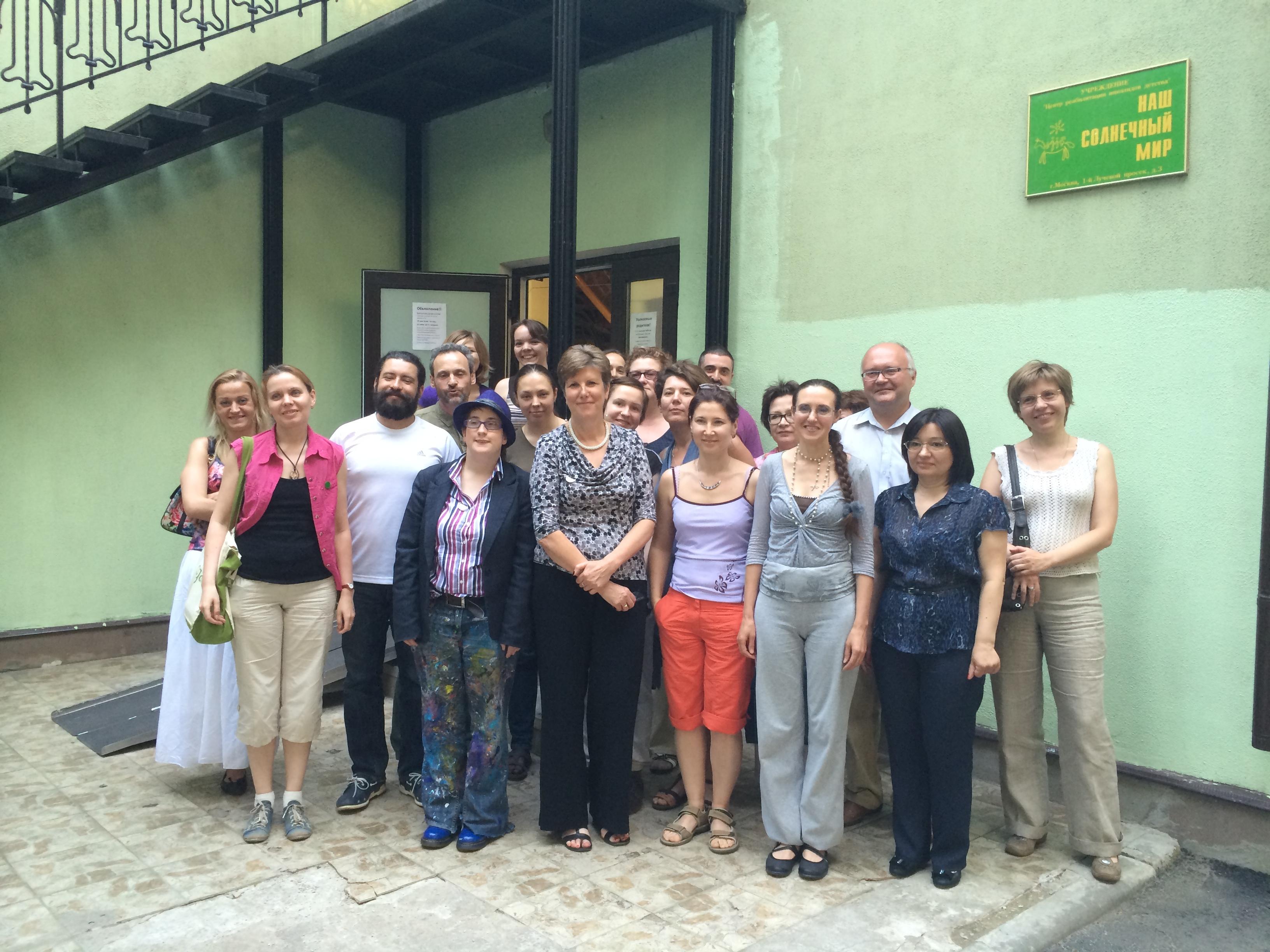 Кэрол Поуви и Робин Стюард во время встречи с членами Центра поддержки людей с синдромом Аспергера (Центра «Наш Солнечный Мир») и родителями в 2014 году